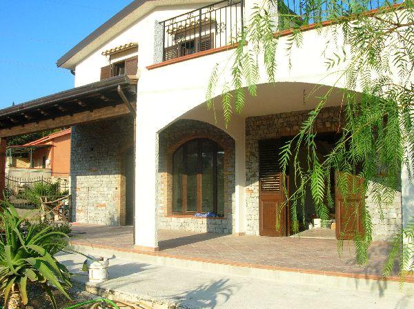 Villa su tre elevazioni mq330 for Case prefabbricate cemento armato